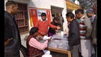 मुरादनगर के खिमावती गांव आयोजित स्वास्थ्य शिविर में दवाइयां बांटते फार्मासिस्ट