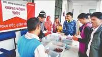 देवरिया के अहिरौली बघेल में आयोजित स्वास्थ्य शिविर में दवाइयां देते फार्मासिस्ट