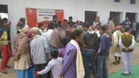 बलिया के राजपुर एकौना में आयोजित नि:शुल्क स्वास्थ्य शिविर में पंजीकरण कराते लोग