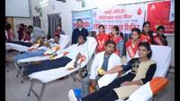 एड्स दिवस के अवसर पर कानपुर में आयोजित रक्तदान शिविर में रक्तदान करते युवा
