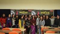 ग्रेटर नोएडा के शारदा विवि में आयोजित स्वास्थ्य जागरुकता शिविर में शामिल छात्राएं व स्त्री रोग विशेषज्ञ डॉ शहला जमाल।