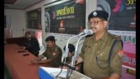 मऊ केडीसीएसकेपीजी कालेज में आयोजित पुलिस की पाठशाला को संबोधित करते एसपी सुरेंद्र बहादुर