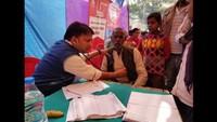 लखीमपुर खीरी के ग्राम मूड़ा बुजुर्ग में आयोजित शिविर में स्वास्थ्य परीक्षण करते चिकित्सक