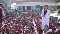 आजमगढ़ के एसकेडी इंटर कालेज मेंआयोजित पुलिस की पाठशाला में प्रश्न पूछती छात्रा