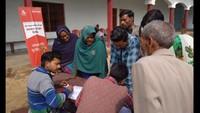 लखीमपुर खीरी के गांव पुनर्भूग्रंट में आयोजित निःशुल्क स्वास्थ्यशिविर में पंजीकरण कराते लोग