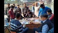 गाजियाबाद केमुरादनगर स्थितशनि मंदिरपरिसर में आयोजित रक्तदान शिविर में पंजीकरण कराते लोग
