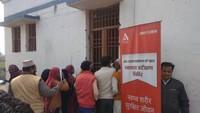 मुरादाबाद के गिदौड़ गांव में आयोजित स्वास्थ्यशिविर में दवा के लिए कतार में खड़े लोग