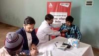 रामपुर के मंसूरपुर गांव में आयोजित शिविर में स्वास्थ्य परीक्षण करते चिकित्सक