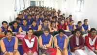 पीडीडीयू नगर के विक्रम सिंह कन्या पीजी कॉलेजमें आयोजित हुई पुलिस की पाठशाला में मौजूद छात्राएं