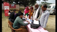 कांठ के छजलैट गांव में आयोजित शिविर में स्वास्थ्य परीक्षण करते चिकित्सक