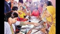 गोरखपुर केरानीडीहा मलिन बस्ती में आयोजित शिविर में स्वास्थ्य परीक्षण करते चिकित्सक