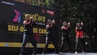 दिल्लीविश्वविद्यालय केश्रीराम कॉलेज ऑफ कॉमर्स में छात्राओं को आत्मरक्षा प्रशिक्षण देती दिल्ली पुलिसकर्मी