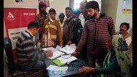 अलीगढ़ के गभाना सामुदायिक स्वास्थ्य केंद्र में आयोजित शिविर में स्वास्थ्य परीक्षण करते चिकित्सक