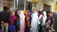 अलीगढ़ के गभाना सामुदायिक स्वास्थ्य केंद्र में आयोजित शिविर में पंजीकरण कराते लोग