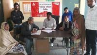 अतरौली के बिजौली गांव में आयोजित शिविर में  स्वास्थ्य परीक्षण करते चिकित्सक