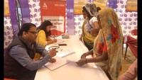 मैनपुरी केकछपुरा गांव मेंआयोजित निःशुल्क शिविर में स्वास्थ्य परीक्षण करते चिकित्सक