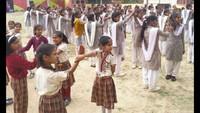 महराजगंज के एसजी पब्ल्कि स्कूल मेंआत्मरक्षा प्रशिक्षण के गुर सीखती छात्राएं