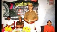 सोनभद्र केमां शिव देवी महाविद्यालय में आयोजित पुलिस की पाठशाला को संबोधित करते थानाध्यक्ष भुवनेश्वर पांडेय