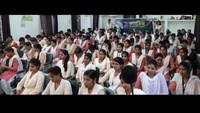 गाजीपुर के सैदपुर के जिला शिक्षा एवं प्रशिक्षण संस्थान में आयोजित पुलिस की पाठशाला में मौजूद छात्राएं