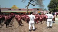 वाराणसी के ठटरा पूर्व माध्यमिक विद्यालयमें आत्मरक्षा प्रशिक्षण के गुर सीखती छात्राएं