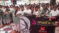 देवरिया के मदनपुर जनता इंटर कॉलेज मेंआयोजित लोकतंत्र की पाठशाला में मतदान की शपथ लेती छात्राएं