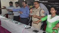 गोरखपुर केमहाराणा प्रताप पॉलिटेक्निक में आयोजित पुलिस की पाठशाला में छात्राओं को नारी गरिमा को अक्षुण्ण बनाए रखने की शपथ दिलाते एसपी सिटी विनय सिंह व अन्य