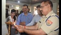 गोरखपुर केमहाराणा प्रताप पॉलिटेक्निक में आयोजित पुलिस की पाठशाला में दीप प्रज्ज्वलित कर उद्घाटन करते एसपी सिटी विनय सिंह