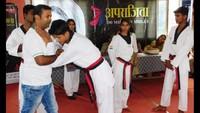 कुशीनगर के महाराणा प्रताप इंटर कॉलेज में आत्मरक्षा का प्रशिक्षण देते विशेषज्ञ