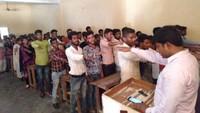 गोरखपुरके वीर बहादुर सिंह पीजी महाविद्यालय मेंमतदाता जागरूकता कार्यक्रम के दौरान मतदान की शपथ लेते विद्यार्थी