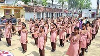 संतकबीरनगर के खलीलाबाद स्थित जूनियर हाईस्कूल में आयोजित मतदाता जागरूकता गोष्ठी में शपथ लेती छात्राएं