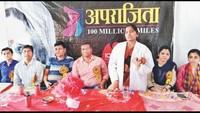 महराजगंज के कस्तूरबा गांधी बालिका विद्यालय में आयोजित सेहत की पाठशाला को संबोधित करती विशेषज्ञ