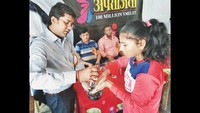 महराजगंज के कस्तूरबा गांधी बालिका विद्यालय में आयोजित सेहत की पाठशाला में छात्रा को हाथ धोने के तरीके बताते विशेषग्य