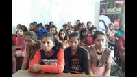 महराजगंज के कस्तूरबा गांधी बालिका विद्यालय में आयोजित सेहत की पाठशाला में मौजूद छात्राएं