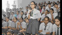 गाजियाबाद केराम किशन इंस्टीट्यूट मेंआयोजित पुलिस की पाठशाला में एसपी से सवाल पूछती छात्रा