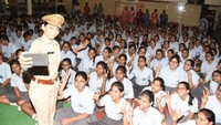 कानपुर के दून इंटरनेशनल स्कूल में आयोजित पुलिस की पाठशाला में बच्चों संग सेल्फी लेती पुलिस अधिकारी
