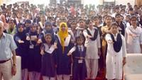 जौनपुर के मोहम्मद हसन इंटर कालेज में आयोजित पुलिस की पाठशाला के दौरान अपराजिता की शपथ लेती छात्राएं