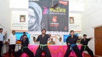 जौनपुर के मोहम्मद हसन इंटर कालेज में आयोजित पुलिस की पाठशाला के दौरान छात्राओं को आत्मरक्षा प्रशिक्षण के गुर सीखते प्रशिक्षक