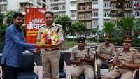 नोएडा के होम्स- 121 सोसाइटी में आयोजित पुलिस की चौपाल में एसपी ग्रामीण विनीत जायसवाल को सम्मानित करते एओए के अध्यक्ष दिनेश कुमार