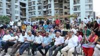 नोएडा के होम्स- 121 सोसाइटी में आयोजित पुलिस की चौपाल में मौजूद लोग
