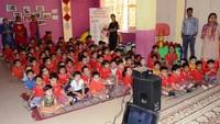 नोएडा के सेक्टर-48, सी-ब्लॉक स्थित फाउंडेशन स्टेप स्कूल में आयोजित बाल फिल्म महोत्सव के दौरान फिल्म का आनंद लेते बच्चे