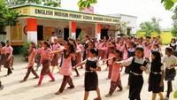 केराकत के बांसबारी इंग्लिश मीडियम स्कूल में आत्मरक्षा के गुर सीखती छात्राएं