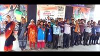बलिया के सनबीम स्कूल में आयोजित मतदाता जागरूकता कार्यक्रम में शिक्षकों को शपथ दिलातीं प्रधानाचार्य सीमा