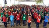 बलिया के सनबीम स्कूल में आयोजित मतदाता जागरूकता कार्यक्रम में लोगों को जागरुक करने की शपथ लेते बच्चे