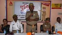 कानपुर के कर्मयोगी इंटर कॉलेज में आयोजित पुलिस की पाठशाला को संबोधित करते थाना प्रभारी अतूल श्रीवास्तव