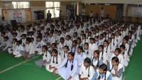 कानपुर के सरस्वती विद्या मंदिर इंटर कालेज में आयोजित पुलिस की पाठशाला में मौजूद छात्र-छात्राएं