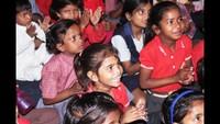 नोएडा के सेक्टर-93 बी स्थित आश्रय सोसाइटी में बाल फिल्म देखकर चहकते बच्चे