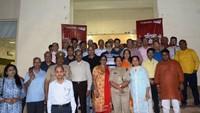 नोएडा के सेक्टर-26 में आयोजित पुलिस की चौपाल में स्थानीय लोगों के साथ एसपी सिटी सुधा सिंह
