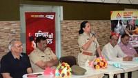 नोएडा के सेक्टर-26 में आयोजित पुलिस की चौपाल को संबोधित करती एसपी सिटी सुधा सिंह