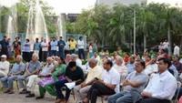 नोएडा के तिकोना पार्क, सेक्टर-56 में आयोजित पुलिस की चौपाल में मौजूद लोग
