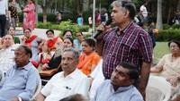 नोएडा के तिकोना पार्क, सेक्टर-56 में आयोजित पुलिस की चौपाल में पुलिस अधिकारियों से सवाल पूछते लोग
